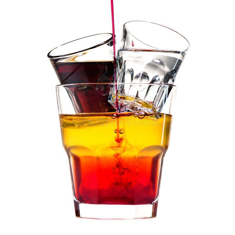 Cocktail alcoolique classique avec les tirs, la vodka et la boisson alcoolisée d'isolement photos stock