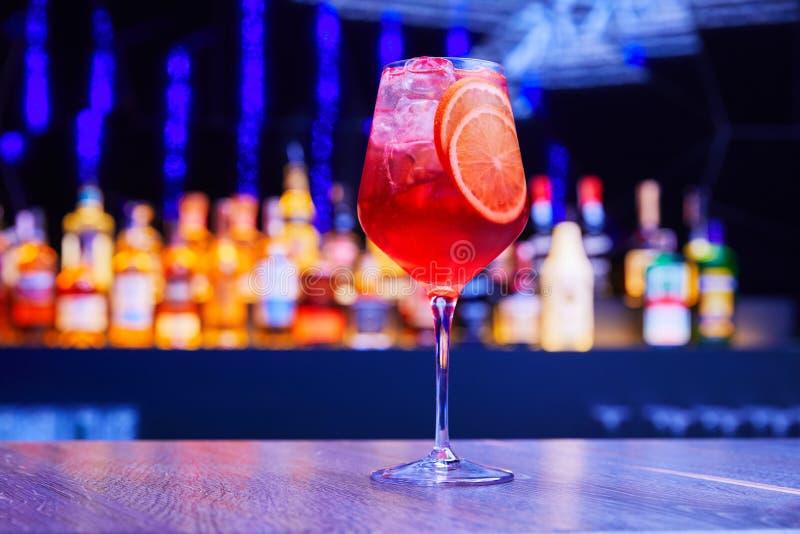 Cocktail alcoolique classique sur la barre photographie stock