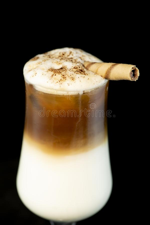 Cocktail alcoolique de café avec la liqueur de café, la crème fraîche et le lait photos libres de droits