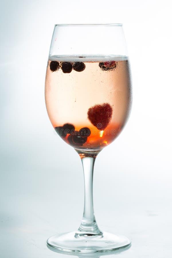 Cocktail alcoolique lumineux sur le fond blanc photo stock