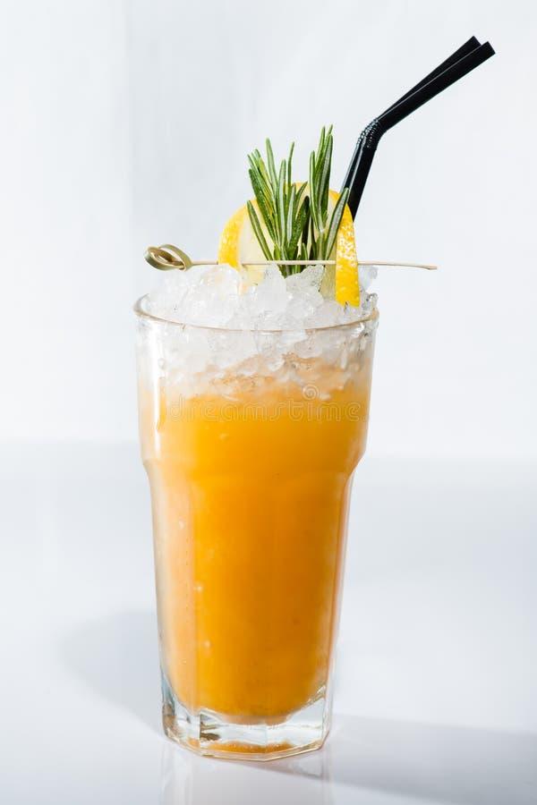 Cocktail alcoolique orange Bourbon aigre dans le highball avec le citron photographie stock