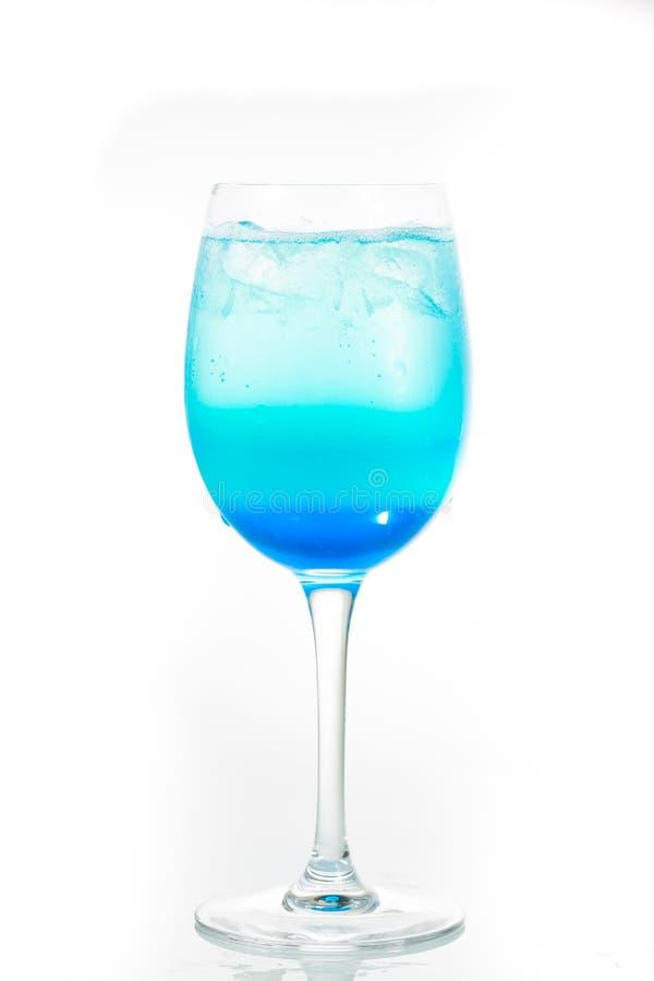 Cocktail alcoolique sur le fond blanc photographie stock
