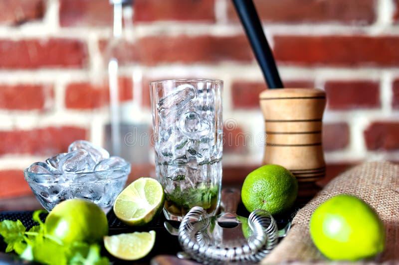 Cocktail alla barra, bevanda alcolica fresca con le calce immagine stock