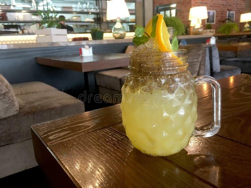 Cocktail analcolico giallo tropicale fresco con i semi di chia in un barattolo di muratore fotografia stock