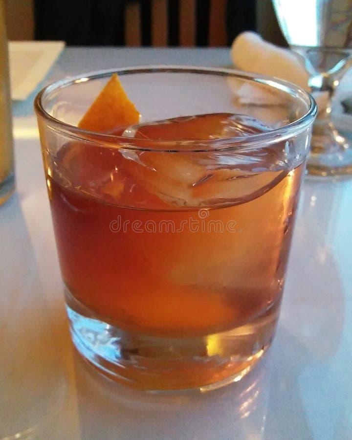 Cocktail antiquado com casca alaranjada foto de stock royalty free