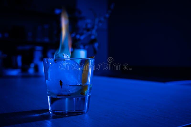 Cocktail antiquato sulla palla di ghiaccio con lo zucchero di combustione fotografia stock libera da diritti