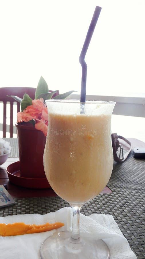 Cocktail arancio del latte immagini stock