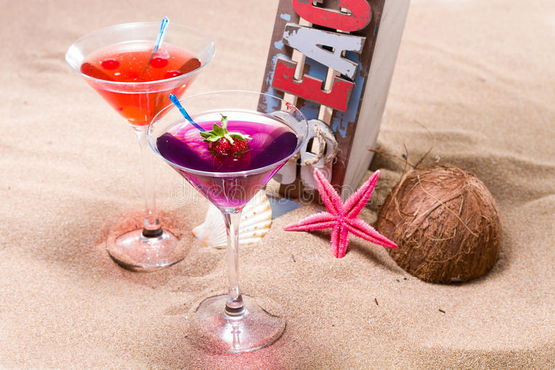 Cocktail auf dem Strand - molekularer Mixology lizenzfreies stockfoto