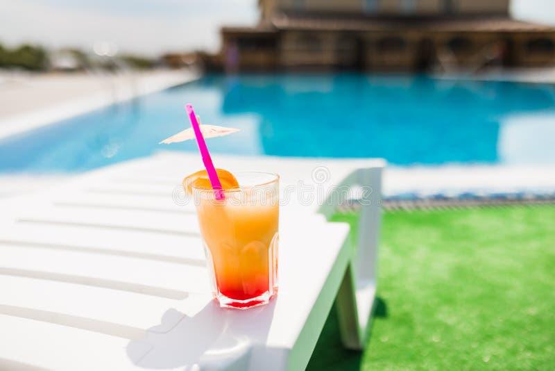 Cocktail auf der Pool-Party Seashells gestalten auf Sandhintergrund stockfoto