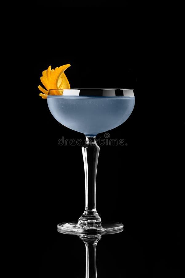 Cocktail auf Ginstudio des Mittels 007 schwarzen Hintergrundmenüplanrestaurantbarwodka wiskey Stärkungsmittels orange blauem stockfotografie