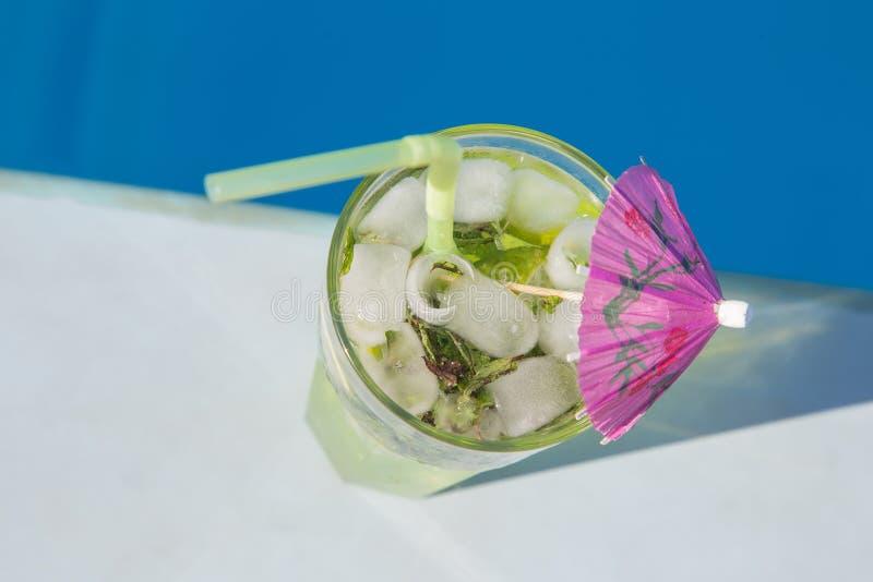 Cocktail avec de la glace près de la piscine images libres de droits