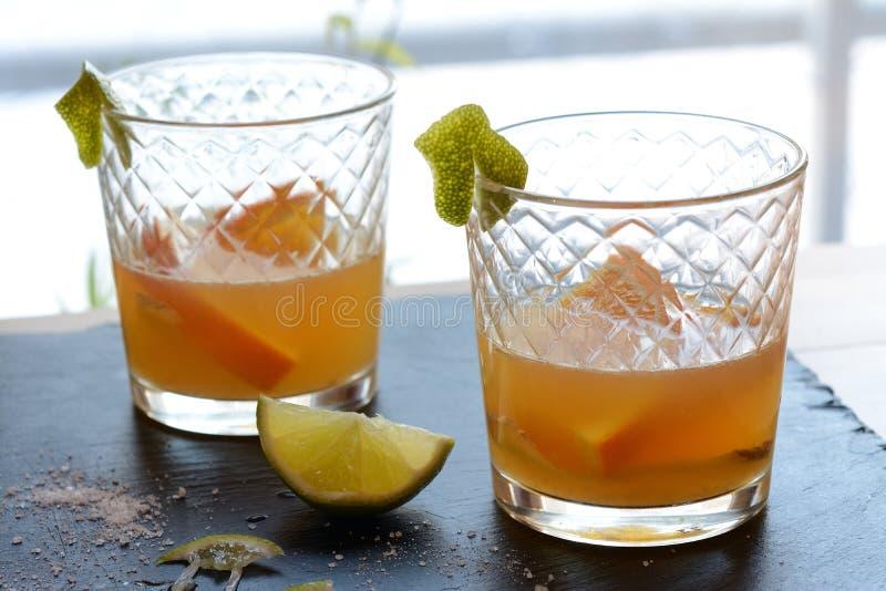 Cocktail avec l'agrume et le miel photographie stock libre de droits