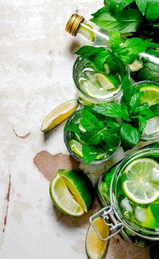 Cocktail avec la chaux, menthe, rhum images stock