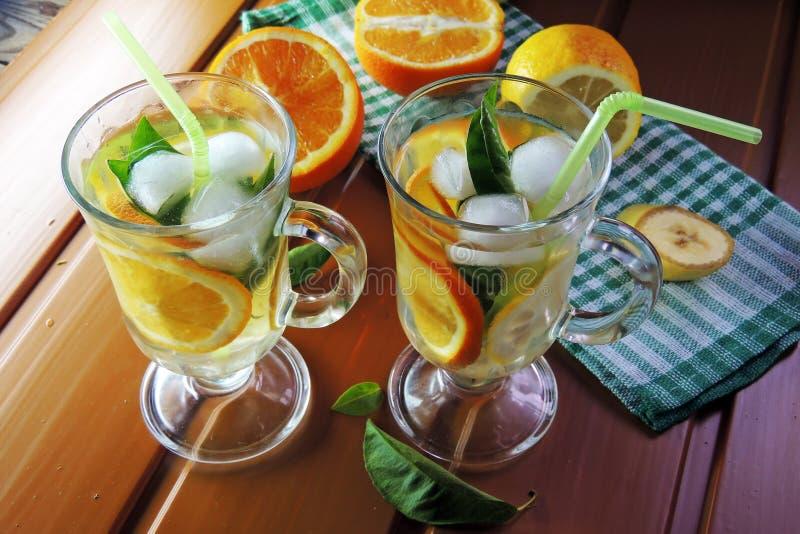 Cocktail avec le fruit et la glace photos stock