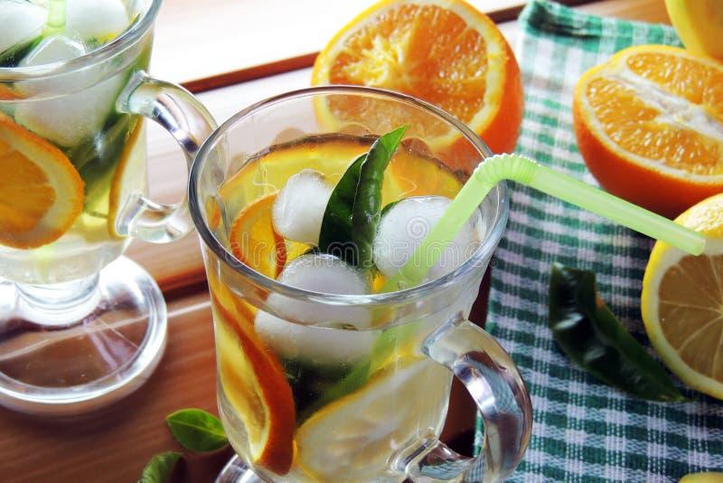 Cocktail avec le fruit et la glace images stock