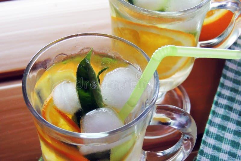 Cocktail avec le fruit et la glace photographie stock libre de droits