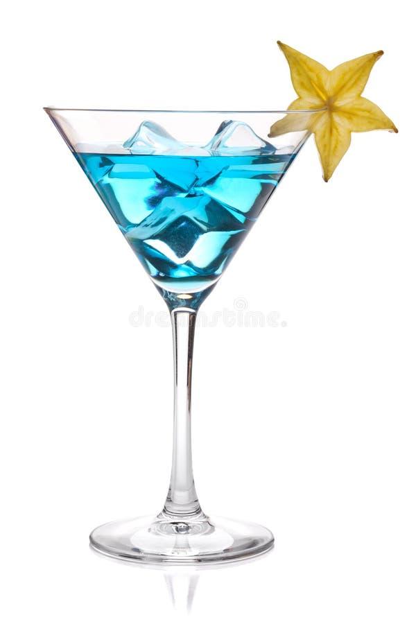 Cocktail azul com o carambola no vidro de martini imagens de stock royalty free