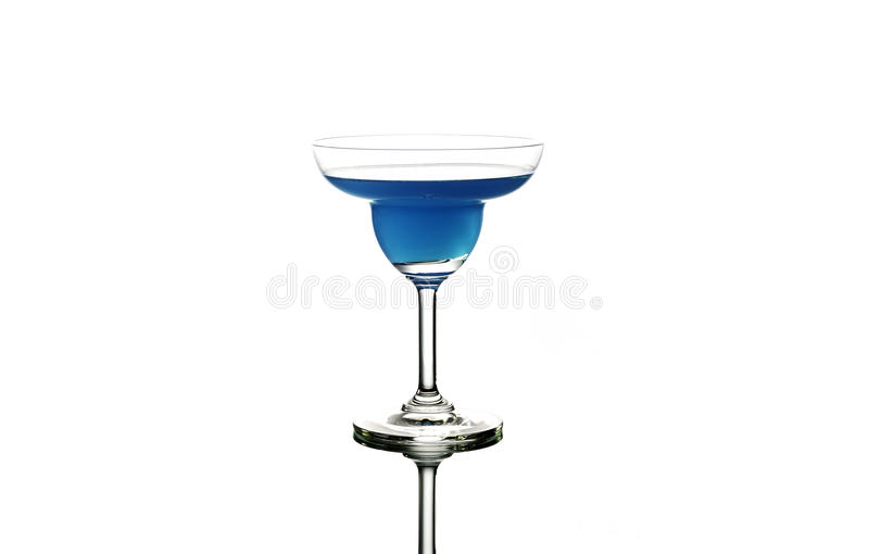 Cocktail azul no fundo branco foto de stock royalty free