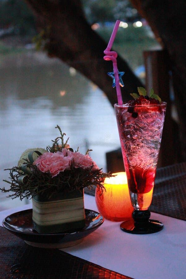 Cocktail bebendo da baga do momento especial com boa vista imagem de stock