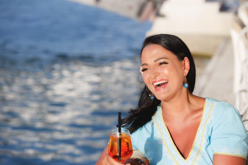 Cocktail bebendo da mulher imagem de stock