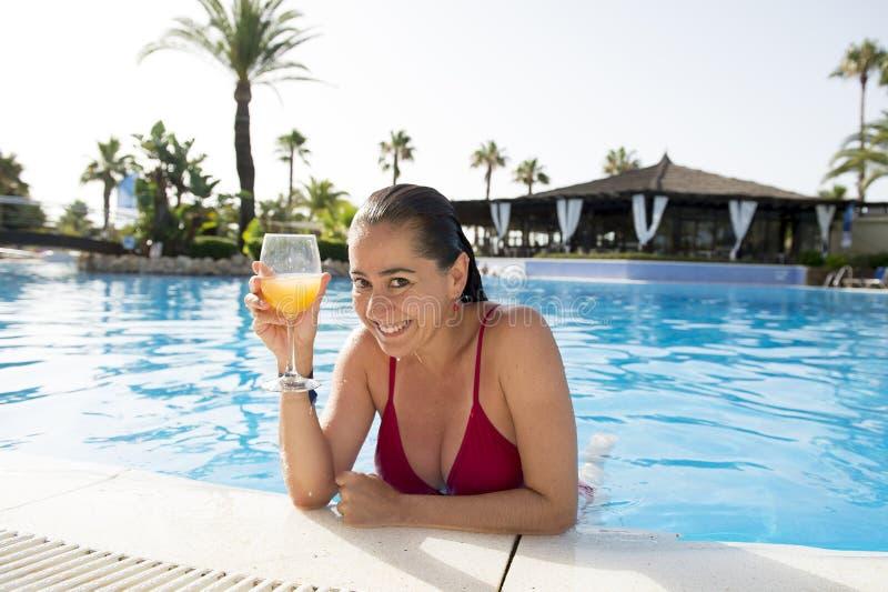 Cocktail bebendo da mulher atrativa feliz do lation na associação fotos de stock
