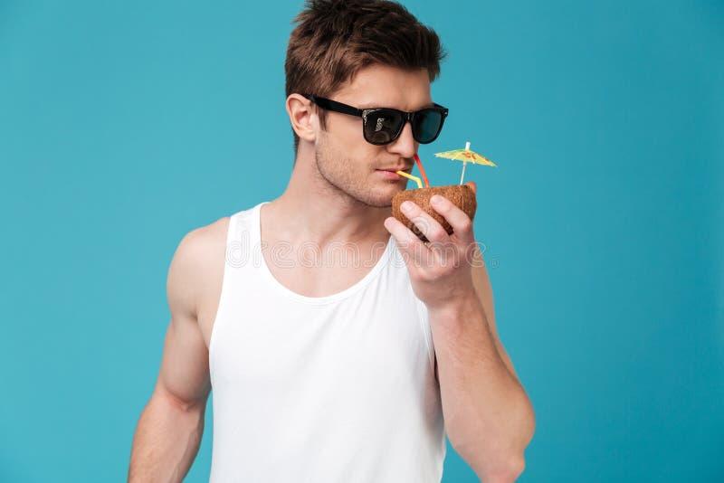 Cocktail bevente del giovane uomo bello immagine stock libera da diritti