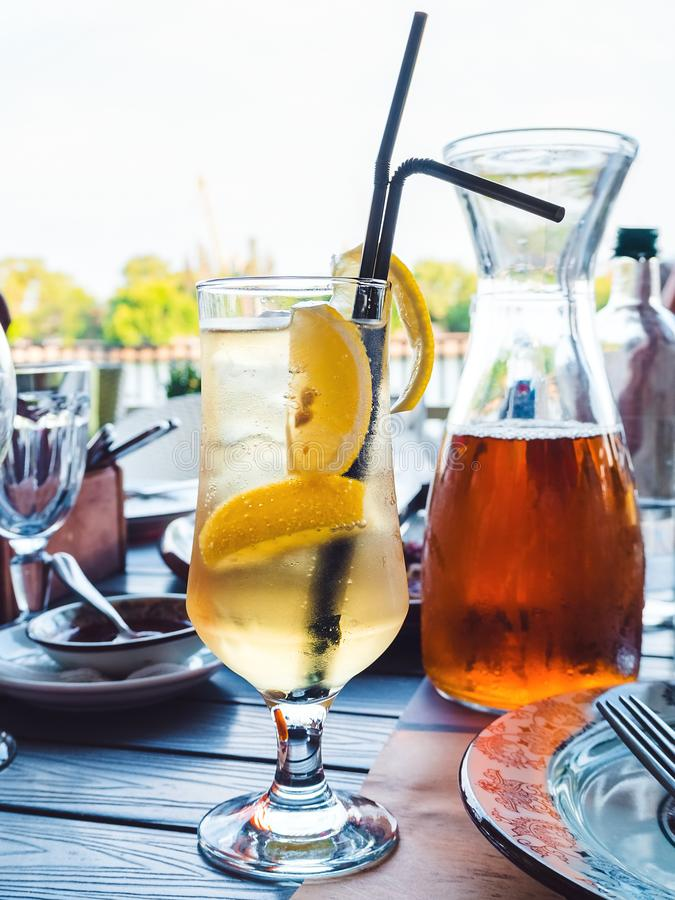 Cocktail Beverly Hills Iced Tea in een lang glas met zwarte stro en citroenplakken royalty-vrije stock foto's