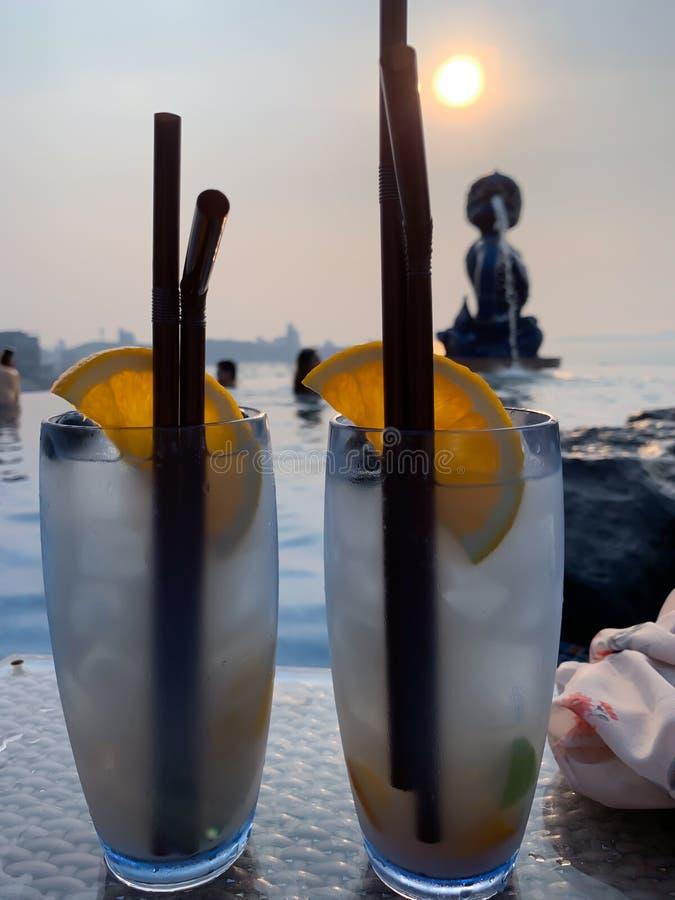 Cocktail bij de hoogste dakachtergrond stock foto's