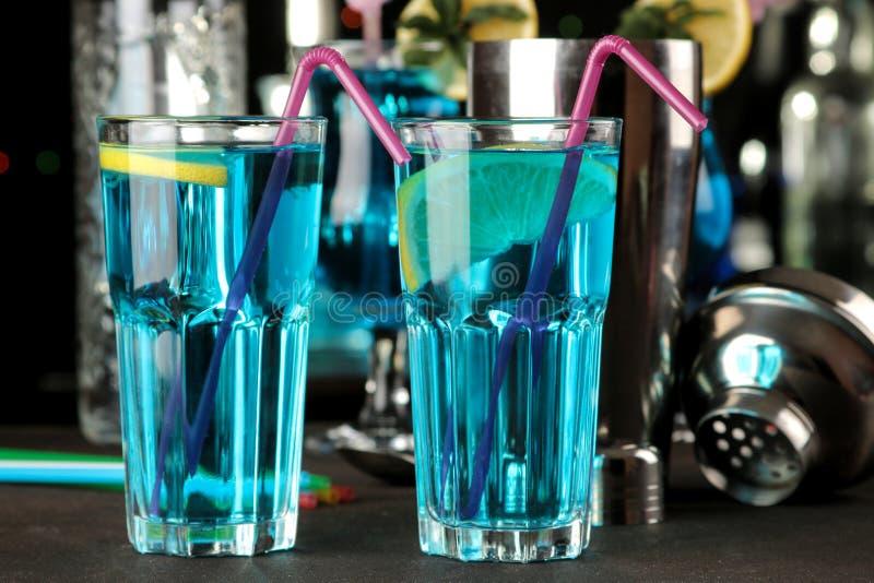 Cocktail blauwe lagune in een cocktailglas met citroen en munt op een bruine houten lijst in de bar royalty-vrije stock fotografie