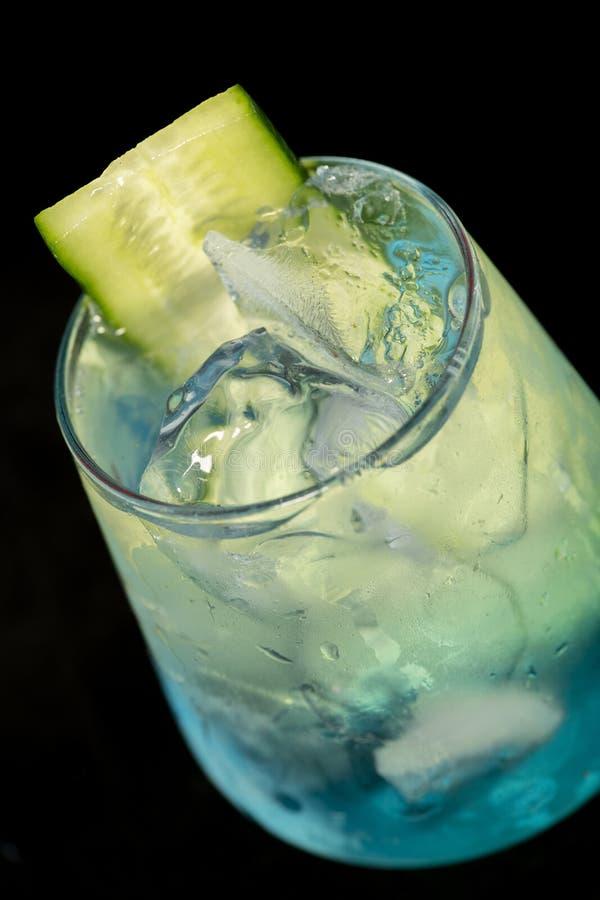 Cocktail bleu avec le Curaçao, la menthe, le genièvre et le concombre bleus photos stock