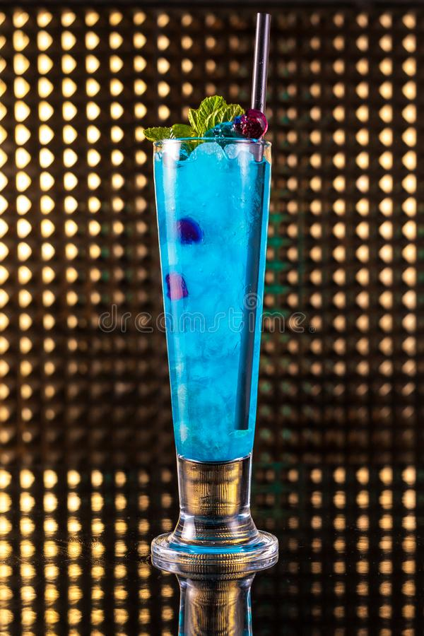 Cocktail bleu-clair de baie en verre grand photos stock