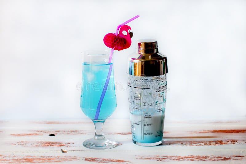 Cocktail bleu dans un verre-verre image stock
