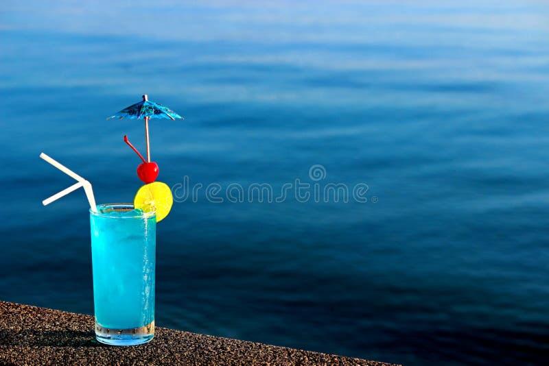 Cocktail bleu de lagune sur le fond de l'eau photo stock