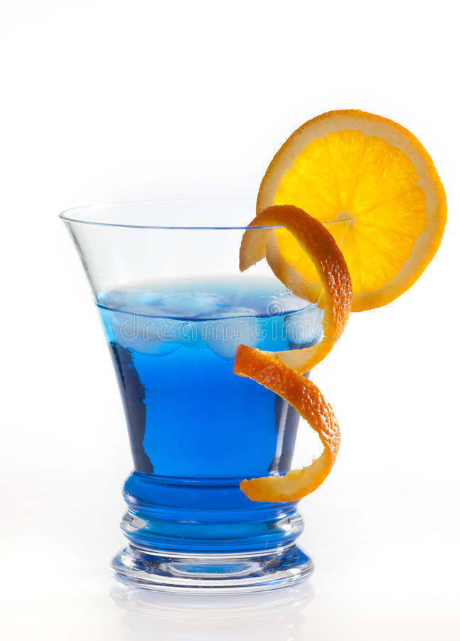 Cocktail bleu du Curaçao d'isolement sur le blanc photographie stock libre de droits