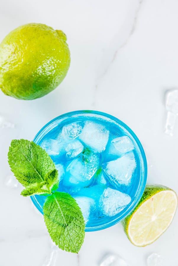 Cocktail bleu glacé d'alcool image stock