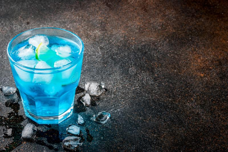 Cocktail bleu glacé d'alcool photographie stock libre de droits