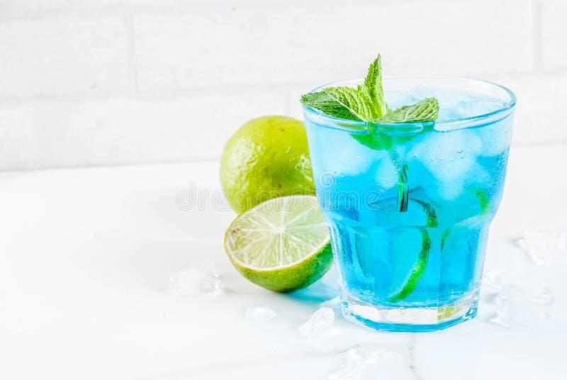 Cocktail bleu glacé d'alcool photographie stock