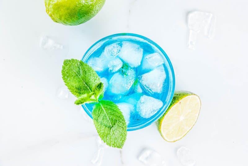 Cocktail bleu glacé d'alcool images libres de droits