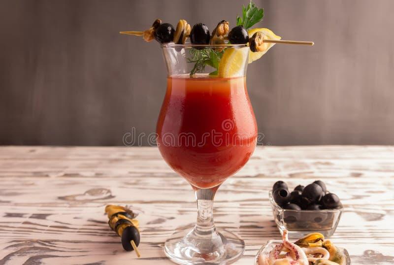 Cocktail Bloody Mary, ein Cocktail machend stockfoto