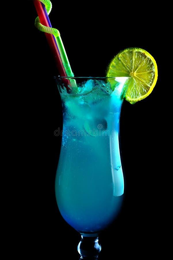 Cocktail blu alcolici su un fondo nero, in un vetro alto fotografie stock