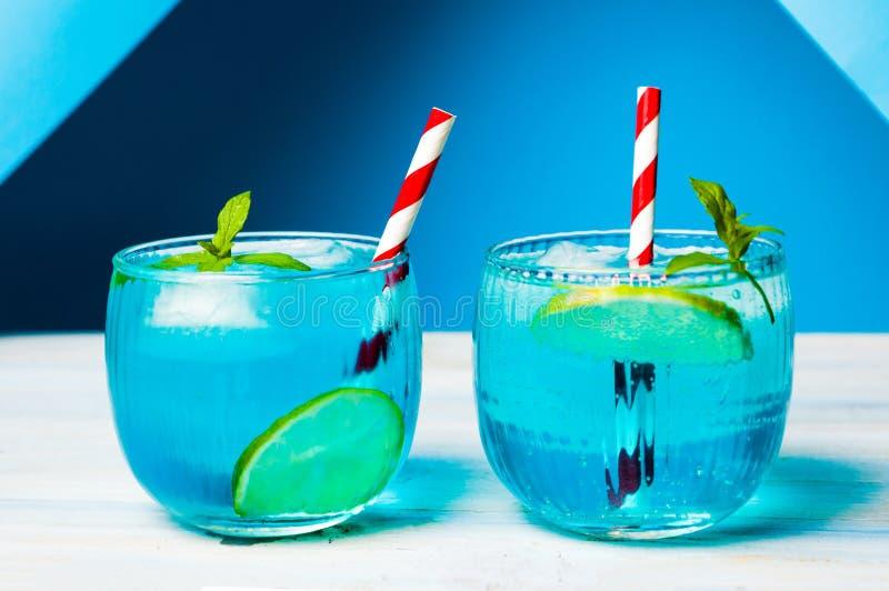Cocktail blu decorati con il limone immagini stock