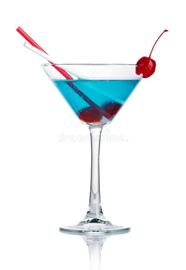 Cocktail blu dell'alcool in vetro del martini isolato fotografia stock