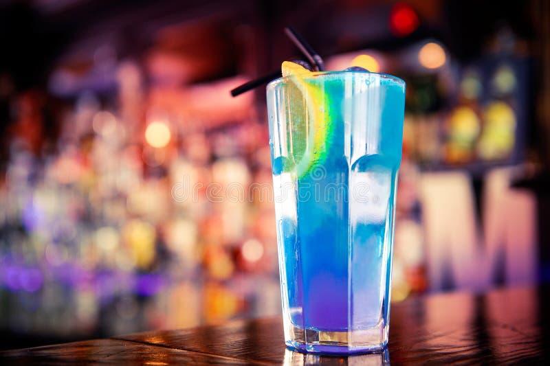 Cocktail blu sulla barra fotografia stock