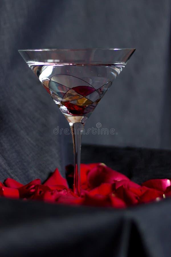 Cocktail Boheemse glas en rozenbloemblaadjes royalty-vrije stock foto