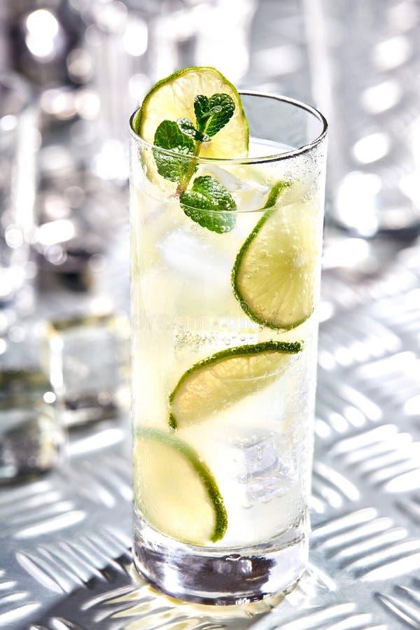 Cocktail Caipirinha, Mojito, Wodka oder Sodagetränk mit Kalk, Minze und Stroh auf Tabelle lizenzfreies stockfoto
