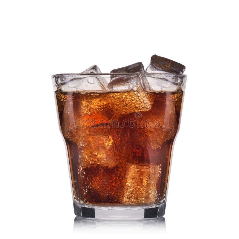 Cocktail carbonaté avec la chaux d'isolement sur le fond blanc photographie stock
