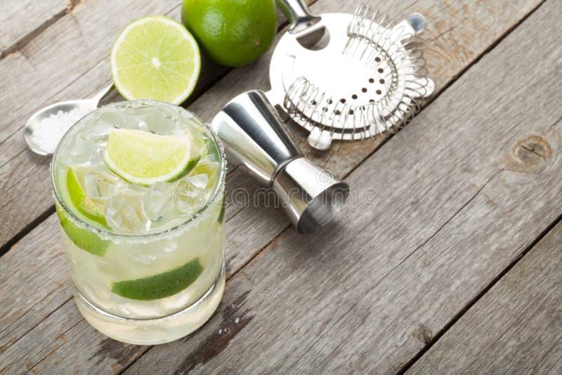 Cocktail classico della margarita con l'orlo salato fotografie stock