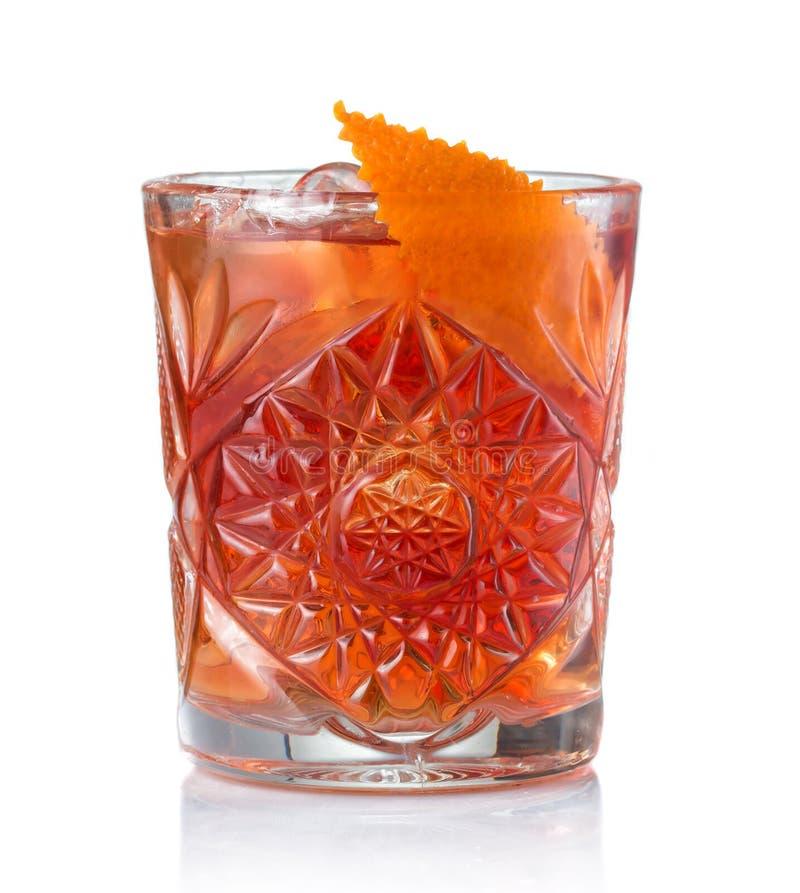 Cocktail classico di Negroni isolato su bianco immagini stock libere da diritti
