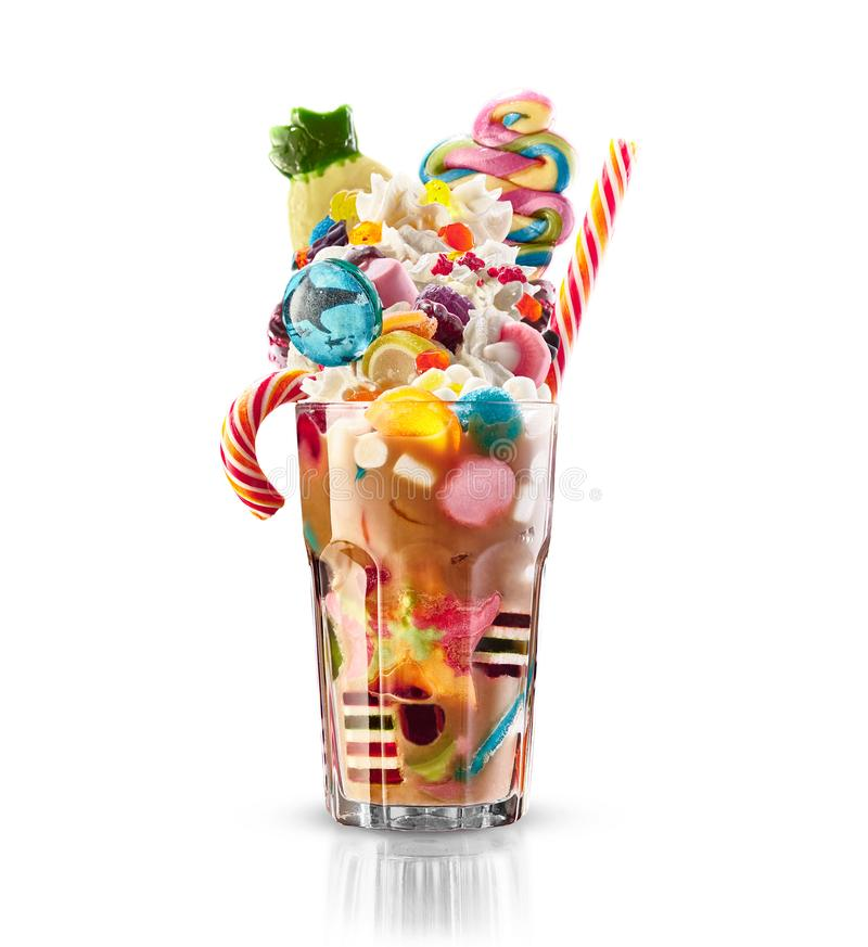 Cocktail coloré et de fête avec des bonbons, sucrerie, gelée Choix coloré de différents bonbons et festins à childs dans le cacao images libres de droits