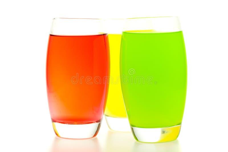 Cocktail coloridos com a fruta isolada no branco fotos de stock